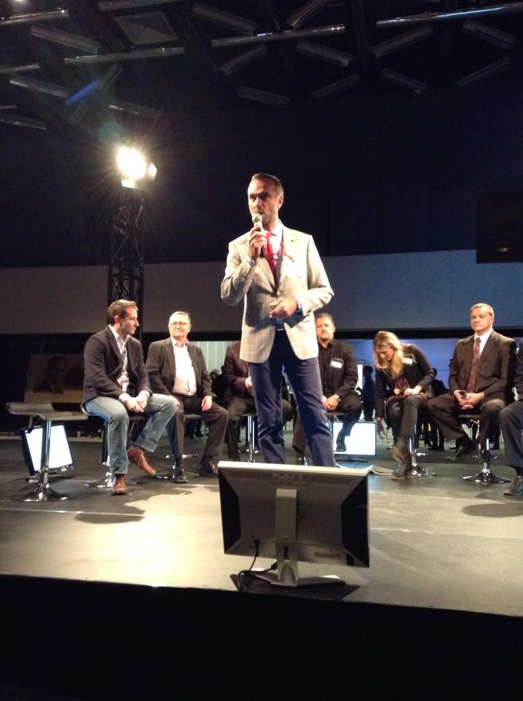 Stéphane Ricoul, de eCOMMTL, alors qu'il s'adresse aux convives peu avant la discussion sur l'avenir de l'économie du numérique au Québec.