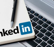Sur le fil de presse… Linkedin change sa section «qui a visité votre profil»; Médias: la confiance des Étasuniens au plus bas; Un nouveau site responsive pour l'emailstratégie; Axer le marketing sur les données.