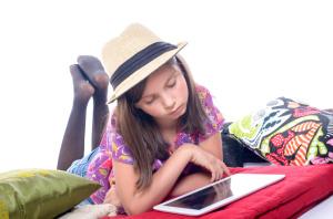 jeune fille avec une tablette numérique
