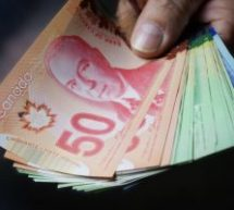 Les Canadiens feraient plus de vingt transactions en argent chaque mois