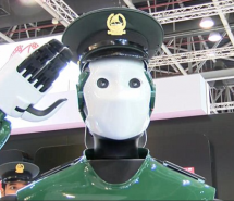 Des policiers robots dans les rues de Dubai