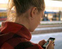 Pour accéder à Internet, les Québécois privilégient désormais le téléphone intelligent à l'ordinateur selon le CEFRIO